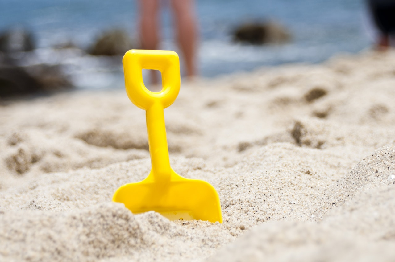Photo of spade in sand